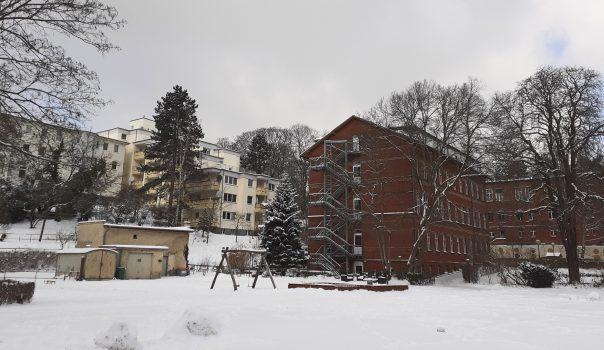 Blick vom Gelände auf die Gebäude des Blindenhilfswerkes Berlin e.V. im Winter. Es liegt Schnee.