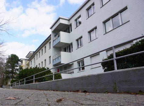 Frontalansicht des Gebäudes in der Lepsiusstraße 117 von schräg unten.