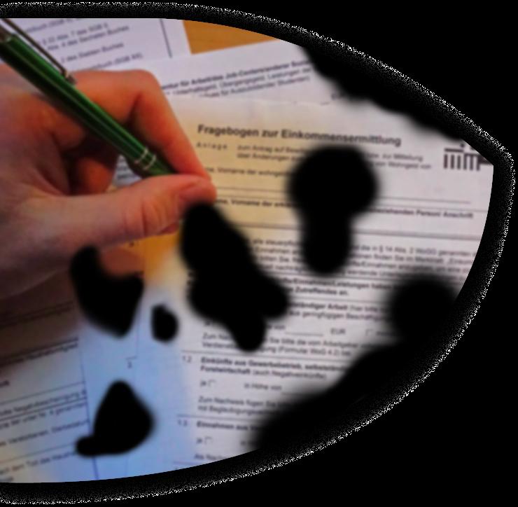 Jemand beginnt ein Formular auf Wohngeld auszufüllen. Das Bild ist verschwommen und mehrere schwarze Flecken machen das Bild teilweise unkenntlich.